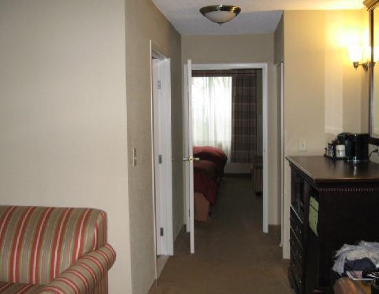 Country Inn & Suites By Carlson, Ithaca: Suite mit Wohnbereich und Schlafbereich