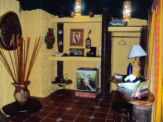 Hummingbird Cottage B&B: refrigerator and coffee maker area
