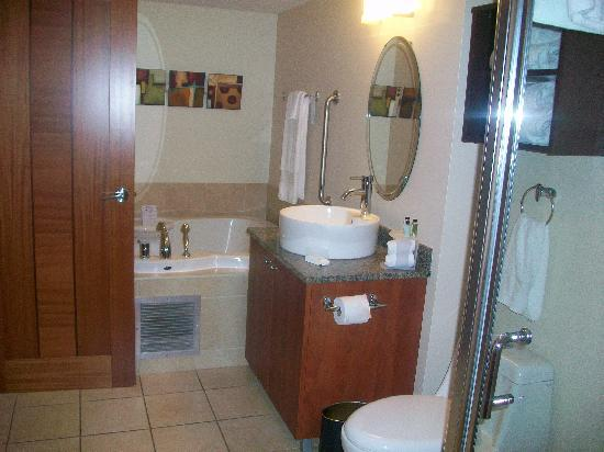 Embassy Suites by Hilton Montreal: Bathroom