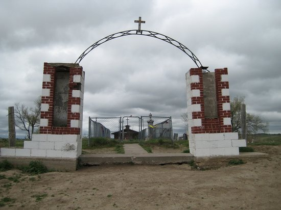 Wounded Knee, Южная Дакота: Small cemetery with monument w/ name of the dead. (I was told it was ok to take this picture)