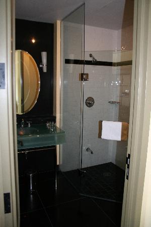Hotel Le Germain Quebec: Stylish Bathroom
