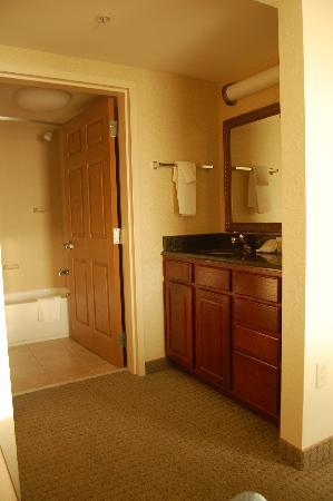Staybridge Suites Indianapolis - City Centre: Hotel room bathroom/vanity