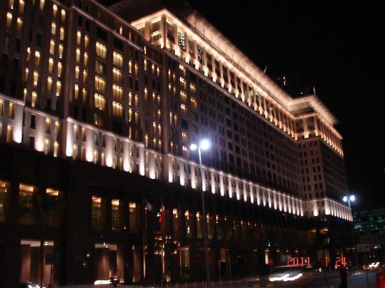 The Ritz-Carlton, Dubai International Financial Centre: Hotel at Night from outside