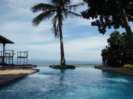 Bumi Hills Safari Lodge & Spa: The View from the pool