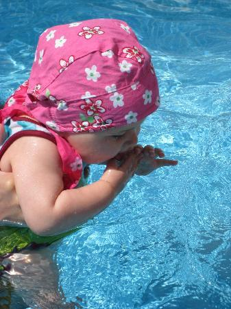 Siroco's Rooms and Studios: Gabrielle dans la piscine du Siroco's (eau à 27 °C début juin ...)