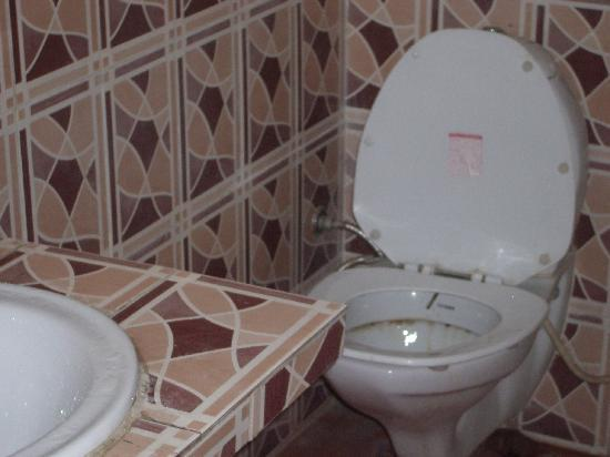 Virasat Haveli: Filthy toilet, dirty wash table