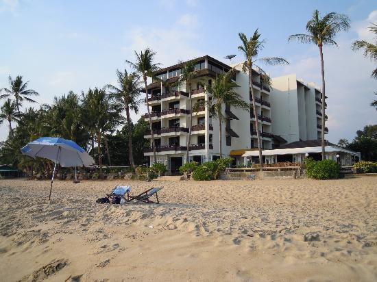 Rayong Chalet : Hotel vom Strand aus gesehen