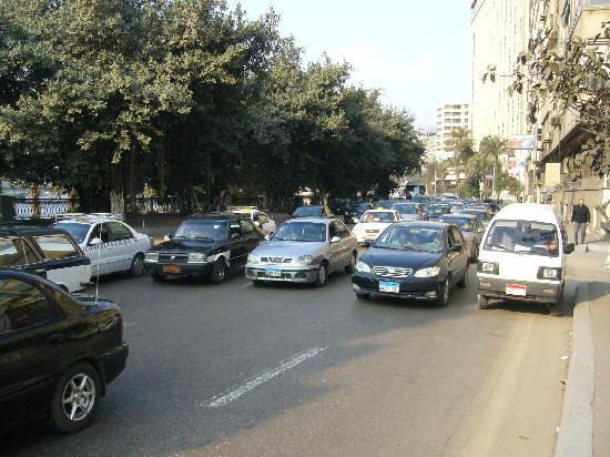 فندق كمبنسكي النيل: Street beneath Nile View Rooms