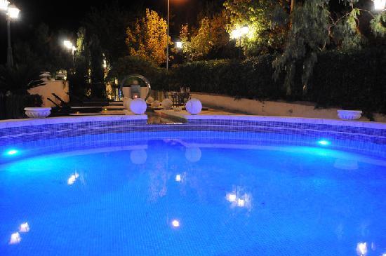 Villa Euchelia Resort: Piscina Panoramica di Notte