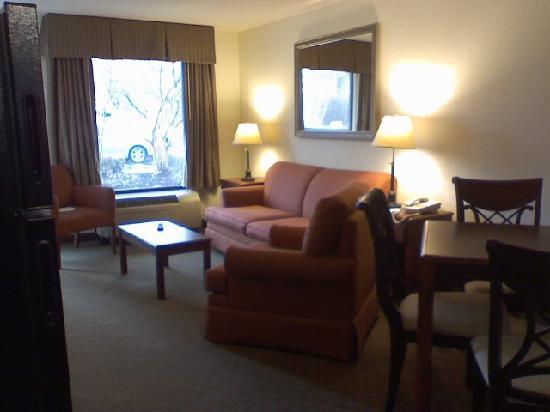 Baymont Inn & Suites Murfreesboro : Living room/Dining area in King extended stay room
