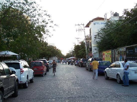 Real Playa del Carmen : Beginning of 5th avenue pedestrian mall (on an empty morning)