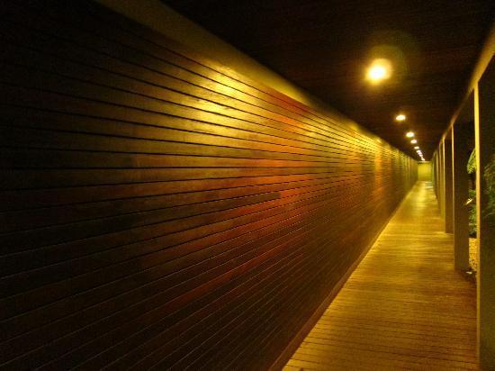 โรงแรมดาวน์ทาวน์ วิลล่าส์: its long corridor to Villas