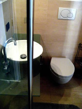 Frank's House: Private Non-Ensuite Bathroom x Room #2