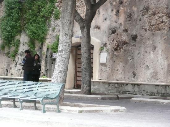 Syrakus, Italien: Giardino dell'Arcivescovado where you exit L'Ipogeo di Piazza Duomo a Siracusa