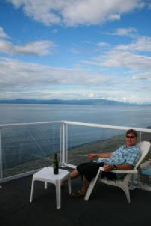 Qualicum Beach, Canada: Enjoying the sun, the beach and a fine bottle of wine