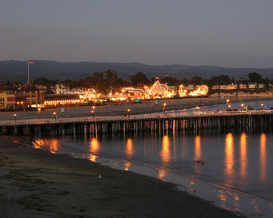 Санта-Крус, Калифорния: Santa Cruz Beach Boardwalk at dusk