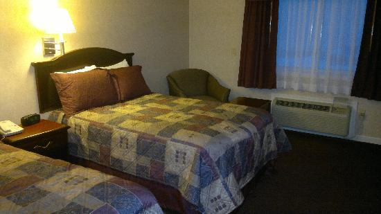 Shiretown Motor Inn: Room