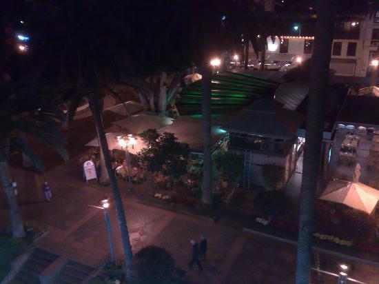 Aparthotel Tropical: die Plaza am Abend
