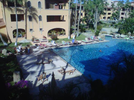 La Jolla de Los Cabos: Here is the view down to the pool from the front door of the unit.