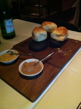 Demuru Restaurant: Bread on preheated natural stones with delicious humus