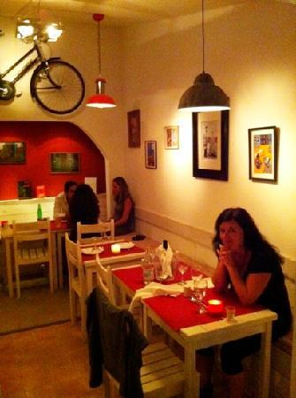 La Bicicletta Cafe: Interior with taste, wooden benches with pillows