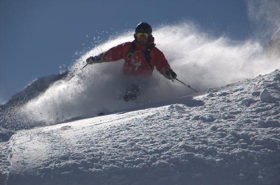 Traumhafte Tiefschneeabfahrten in Ihrem perfekten Skiurlaub am Arlberg im Hotel Guggis in Zürs.