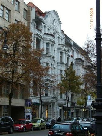 Astrid Hotel am Kurfurstendamm: Hotelfasade (vom Kurfürstendamm 20 Meter)