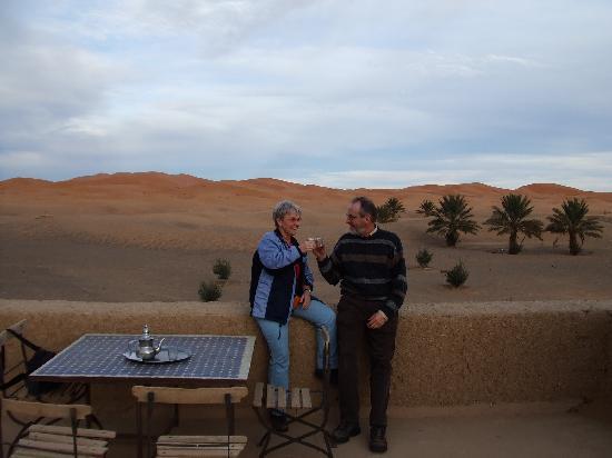 Kasbah Hotel Chergui: Teatime auf der Dachterrasse mit Blick auf die Dünen