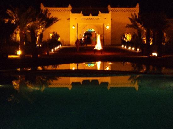 Kasbah Hotel Chergui: Innenhof mit großzügigem Swimmingpool