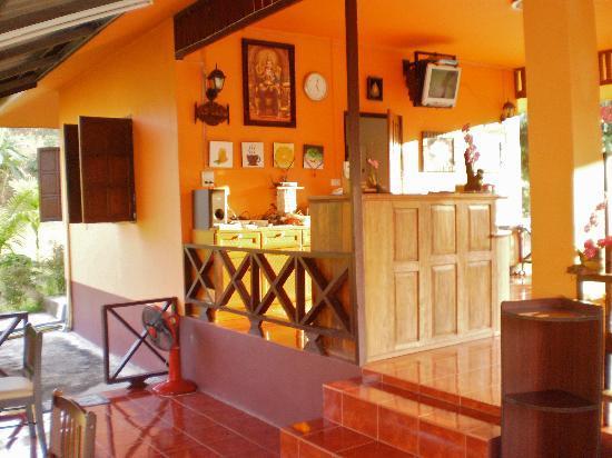 Ban Rai Tin Thai Ngarm Eco Lodge: the common dinner/breakfast room at sunset