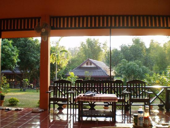 Ban Rai Tin Thai Ngarm Eco Lodge: view from the common dinner/breakfast room towards the bungalows