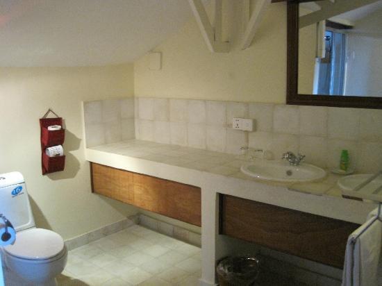 The Harbor Lights Palace: clean, nice bathroom