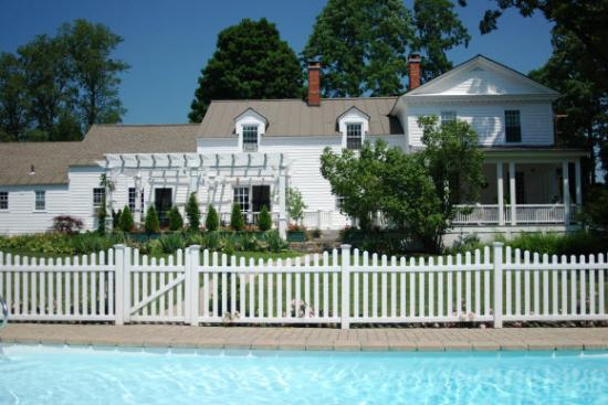 Applewood Manor Bed & Breakfast: In summer, guest love to take a refreshing dip in the pool!