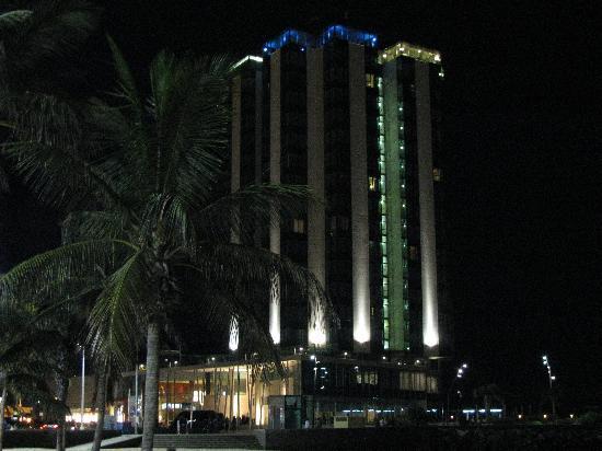 Arrecife Gran Hotel: Vista nocturna de la playa al pie del hotel