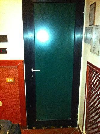 Hotel Toledo: Plastic door