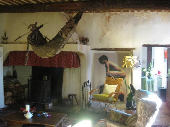 La Vieille Maison : Salon et sa cheminée