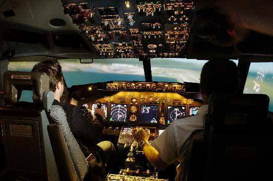 ‪هونزلو, UK: Boeing 737-800 Flight Simulator‬