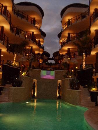 El Taj Oceanfront & Beachside Condos Hotel: The hotel at night