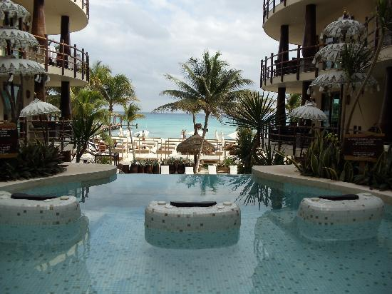 El Taj Oceanfront & Beachside Condos Hotel: The view to the beach at the jacuzzi