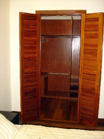 Seddhachan Hotel & Apartments : Walk-in Closet