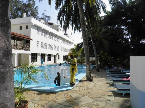 Kahama Hotel: vieuw hotel+swimming pool