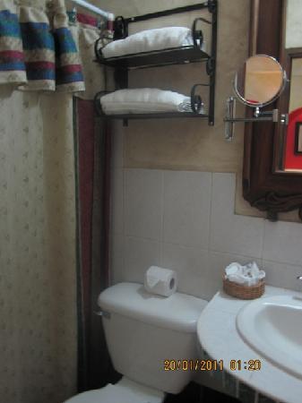 Hotel Camino Maya: bathroom