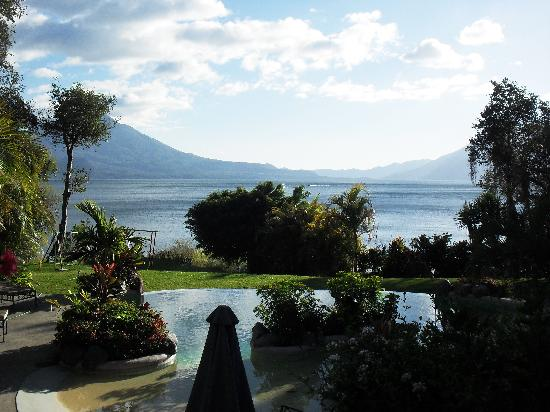 Hotel San Buenaventura de Atitlan: Pool and view