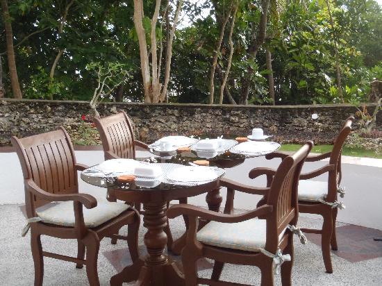 Padre Burgos Castle Resort: Breakfast is served