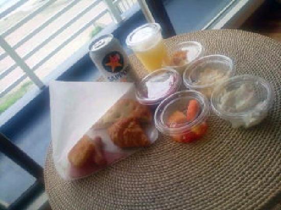 Sayan Terrace Hotel &Resort: 部屋で海を見ながらの朝食