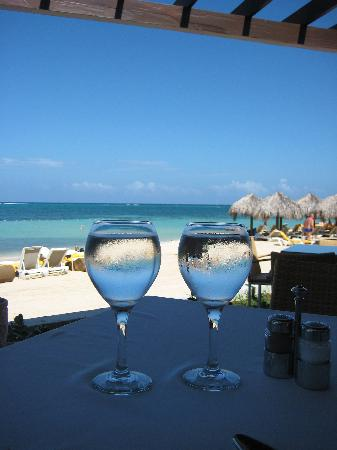 Iberostar Grand Hotel Rose Hall: Beach front luncheon buffet table