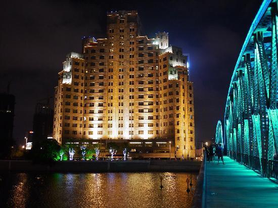 Broadway Mansions Hotel : 河の対岸から見る