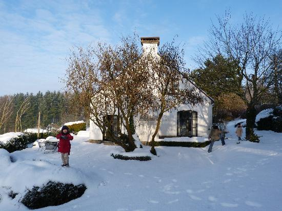 Chambres d'hotes Les Cresses : Playing in the snow outsite the B&B