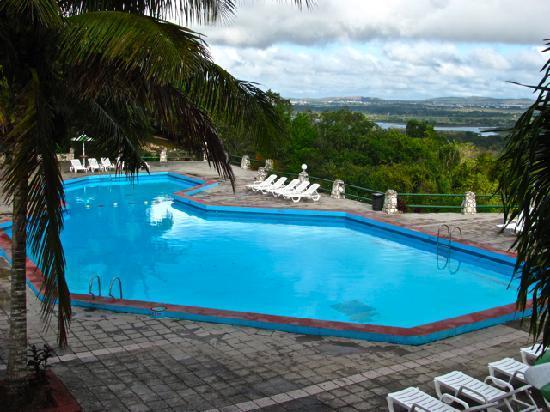 Villa Islazur Mirador de Mayabe : pool area looking towards Holguin