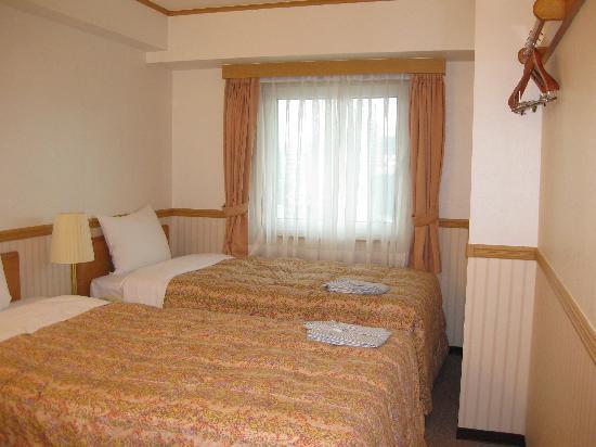 Toyoko Inn Busan Seomyeon: Twin bedroom from outside Toilet